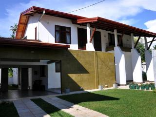 HikkaHome 5A/C B/R Luxury villa with private swimm, Hikkaduwa