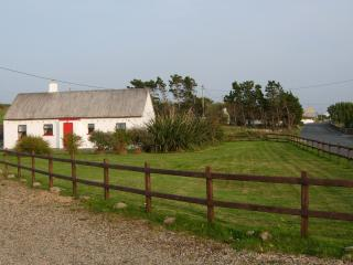 Mullaghduff Thatched Cottage and garden with private car parking