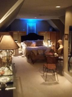 Master Suite upstairs w/ private bath, 42' TV, Direct T/iPhone & iPad docker / remote control lights