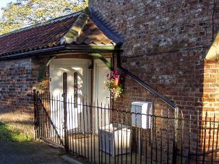 GLENCOE COTTAGE, romantic, single-storey, open plan, in Elvington, Ref 915803