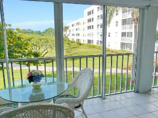 Coastal style condo w/ heated pool, hot tub & short walk to the beach