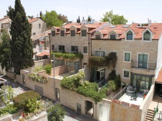 Stunning Vacation Kosher Home in Shaarei Chesed neighborhood of Jerusalem! Sleeps 14+, Jerusalén