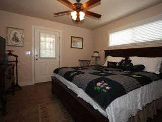 Annette's Cottage Suite B - Has a 2 Person Hot Tub, Fredericksburg