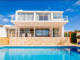 Villa ZEN, style villa,sea view, next to the beach, Albufeira