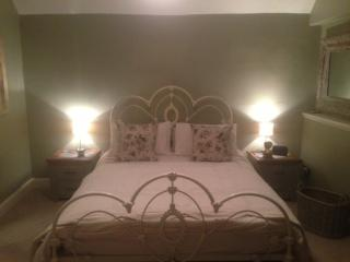 KIng bed . Laura Ashley.