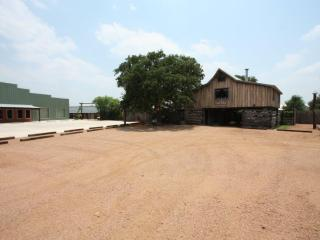 Livery Stable - Less than 5 miles to Downtown Main