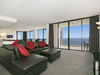 3BR Circle 'Cavill Sub Penthouse' GET ON TOP!, Surfers Paradise