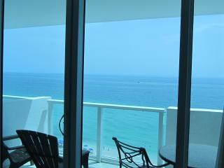 Resort Ocean-View Studio with Balcony and Parking, Miami Beach
