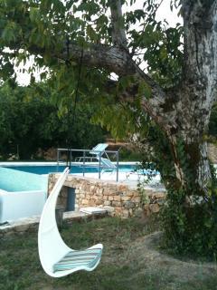 cadeira de baloiço junto á piscina