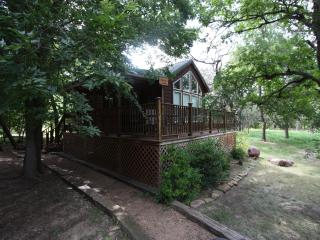 Cabin out Hwy 290 East - Peach Guest Cabin, Fredericksburg
