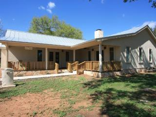 Milam Street Manor - 4 Bedroom / 3 Bath w/ Hot Tub, Fredericksburg