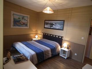 La grande chambre Bora Bora avec son large lit d'1m60 (location draps possible)