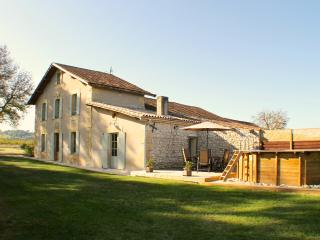 Le Prunier. The old vineyard farmhouse with private, above ground pool for child safety