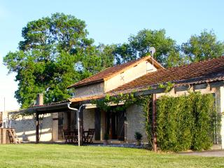 "Barn Gite-vineyard, views, pool, wifi, games-room - ""L' Atelier"" at Leas Marais, Bergerac"