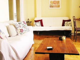 Sunny Apartment in Athens center, Atenas