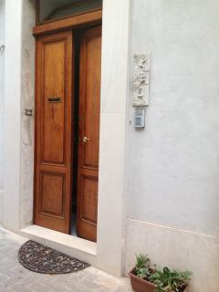 portone d'ingresso dal vicolo Giallongo