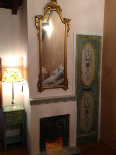 particolare della camera da letto: caminetto