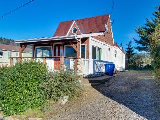 Two bedroom home with ocean views, private hot tub!, Depoe Bay