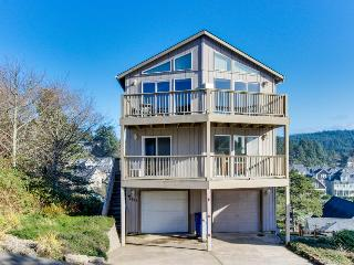 Great getaway with an amazing oceanview deck!, Lincoln City