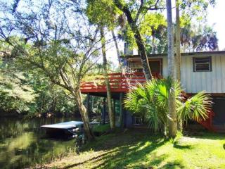 2/1 Riverfront! Cabin-Fireplaces-Balcony, Steinhatchee