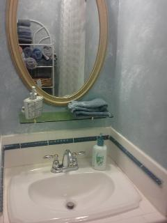 MASTER BEDROOM full bath, beautiful walls/ fixtures, bath. FLUFFY TOWELS, SOAP / HAIR DRYER,