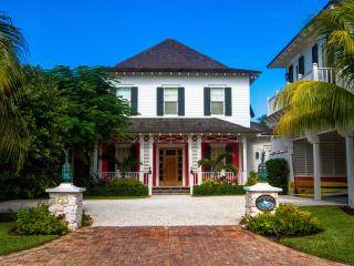 Stunning 6 bedrm home on canal w/ pool & golf cart, Nassau