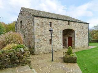 LOW LAITHE BARN, open plan living area, WiFi, beautiful views, near Addingham, Ref. 918051