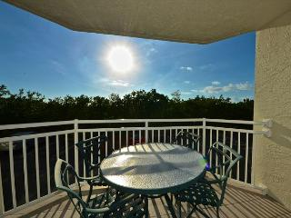 Close to Smathers beach! Gorgeous condo with pool and hot tub access!, Key West