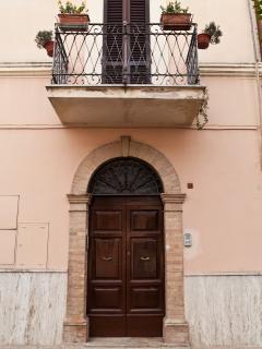 Portone di ingresso palazzina