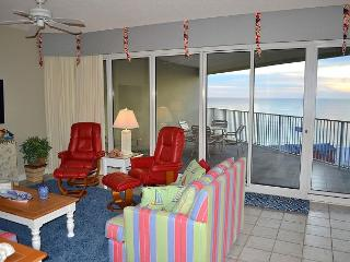 Clean beach condo with 2 pools and tons of nearby amenities, shops, & dining!, Miramar Beach