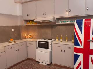 A Charming 2-Bedroom Apt in Piraeus, Pireo