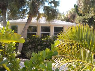 Large Studio. Walk to Village. Couple Getaway!, Siesta Key