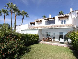 1.Line Beach House priv.garden/ pool, golf court, Marbella