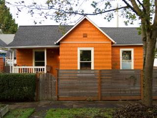Cozy 2brm Central Seattle Home w/ hot tub-sleeps 6