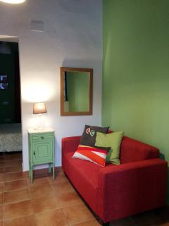Apartamento coqueto con television, frigorifico y microondas.