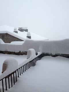 Acaba de nevar y la terraza se cubre de nieve polvo.