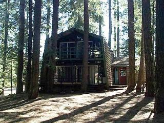 Quaint Country Club Cabin with Deck overlooking the Beach!, Lake Almanor Peninsula
