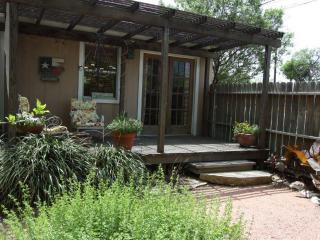 Binky's Secret Garden - 1 Block off Main Street, Fredericksburg