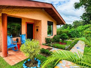 Lovely Cottage Home, Fantastic Views of Lake Arenal & Volcano, Great Reviews!, El Castillo