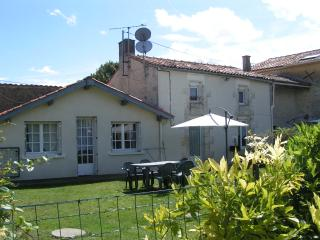 Pegasus large garden space, sleeps 5-7, Villeneuve la Comtesse