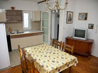 Mimi 10 -  Apartment for 5 persons with WI-FI, 30m away from sea and the center, Novalja