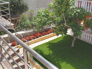 Besty A5 - Comfortable apartment for 6 (4+2)with air conditioning 20 meters from the sea., Novalja