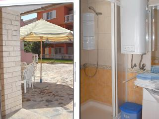 Besty A6 - Comfortable apartment for 6 (4+2) with air conditioning 20 meters from the sea., Novalja