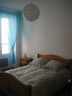 La chambre 1 avec un grand lit