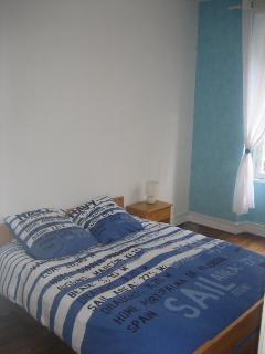 La chambre 2 avec un grand lit