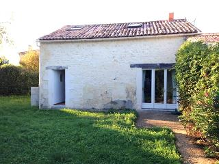 Country house in Saintonge with 2 bedrooms and garden, Saint Fort sur Gironde