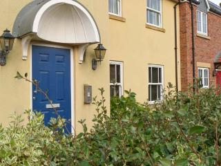 SEASIDE COTTAGE, ground floor apartment, pet-friendly, shared on-site facilities, near Filey, Ref 917301