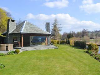 RIVERSIDE, hot tub, WiFi, Sky TV, beautiful views, ground floor cottage in Pooley Bridge, Ref. 918305