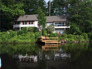 LAKEFRONT 3BR*Sleeps 8* fire pit* dock*Xbox, Highlands