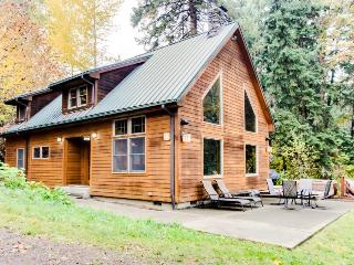 Secluded, pet-friendly river cabin on 1.3 acres & a hot tub!, Parkdale